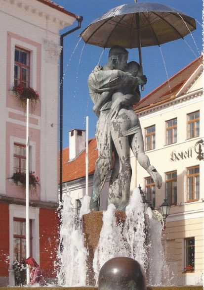 Tartu kissing couple