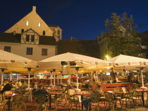 christian-kober-al-fresco-dining-at-night-in-square-of-traditional-buildings-old-town-latvia